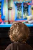 Niño y TV Imagen de archivo