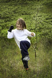 Niño y un árbol joven del árbol Fotos de archivo