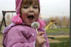 Niño y un blow-ball fotografía de archivo libre de regalías