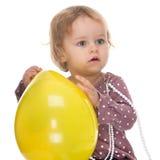 Niño y un globo amarillo imagenes de archivo