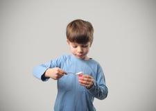 Niño y yogur Imagenes de archivo