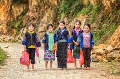 Niños étnicos en su manera a la escuela Fotos de archivo
