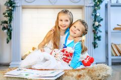 Niños abrazo y risa Año Nuevo del concepto, Feliz Navidad, holid Fotos de archivo libres de regalías