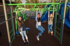 Niños activos que juegan afuera en el patio de la escuela Imágenes de archivo libres de regalías