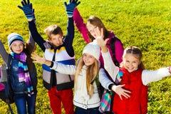 Niños adolescentes con las manos levantadas Fotos de archivo