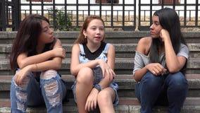 Niños adolescentes de las muchachas que socializan Imagen de archivo libre de regalías