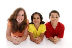 Niños adolescentes en el fondo blanco Fotografía de archivo