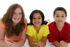 Niños adolescentes en el fondo blanco Fotos de archivo