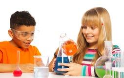 Niños adolescentes felices en el laboratorio Fotos de archivo libres de regalías