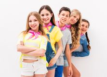 Niños adolescentes lindos que se colocan uno por uno Imagen de archivo