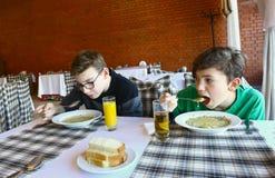 Niños adolescentes que cenan en cierre del restaurante encima de la foto Imagenes de archivo