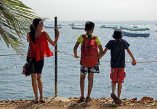 Niños adolescentes que miran el puerto deportivo Imagen de archivo libre de regalías