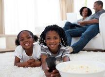 Niños adorables que miran la televisión Foto de archivo libre de regalías