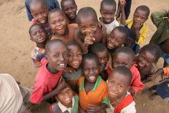 Niños africanos que ven al fotógrafo Fotos de archivo libres de regalías