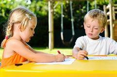 Niños al aire libre del creyón Foto de archivo libre de regalías