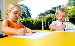 Niños al aire libre del creyón Fotos de archivo