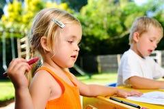 Niños al aire libre del creyón Fotografía de archivo libre de regalías