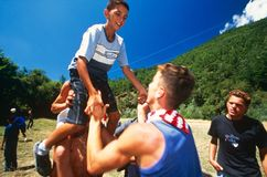 Niños albaneses y servios que juegan, Kosovo. Fotos de archivo libres de regalías