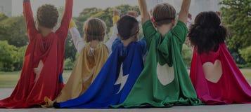 Niños alegres de los super héroes que expresan concepto de la positividad Imagen de archivo