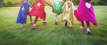 Niños alegres de los super héroes que expresan concepto de la positividad Fotografía de archivo libre de regalías