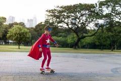 Niños alegres de los super héroes que expresan positividad imágenes de archivo libres de regalías