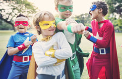 Niños alegres de los super héroes que expresan positividad fotos de archivo libres de regalías