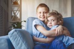 Niños alegres que se abrazan Foto de archivo libre de regalías