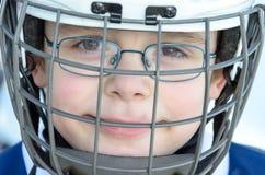 Niños alemanes que juegan a hockey sobre hielo imagen de archivo