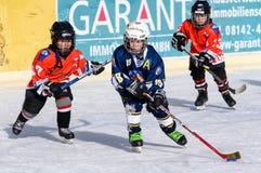 Niños alemanes que juegan a hockey sobre hielo Fotografía de archivo