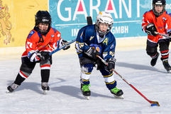 Niños alemanes que juegan a hockey sobre hielo Fotos de archivo libres de regalías