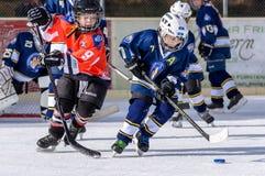 Niños alemanes que juegan a hockey sobre hielo Foto de archivo