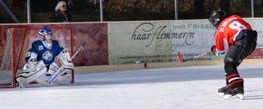 Niños alemanes que juegan a hockey sobre hielo imagen de archivo libre de regalías