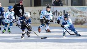 Niños alemanes que juegan a hockey sobre hielo Foto de archivo libre de regalías