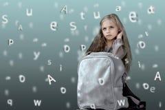 Niños Alfabeto niña linda con la mochila de la escuela en el fondo de las letras emergentes Imagen de archivo