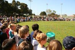 Niños alineados para la caza del huevo Fotografía de archivo