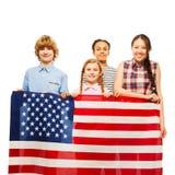 Niños americanos felices con el himno americano Foto de archivo