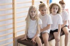 Niños antes de clases de la gimnasia imagenes de archivo