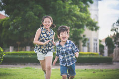 Niños asiáticos lindos que corren junto Fotos de archivo libres de regalías
