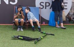 Niños asiáticos que juegan con un móvil en Nueva Zelanda Fotos de archivo