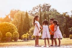 Niños asiáticos que llevan a cabo la mano y que hacen el círculo Fotos de archivo libres de regalías