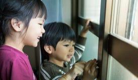Niños asiáticos que llevan la ropa del invierno foto de archivo libre de regalías