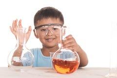 Niños asiáticos y experimentos de la ciencia imagen de archivo