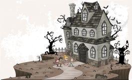 Niños asustados de la historieta delante de la casa encantada Foto de archivo libre de regalías