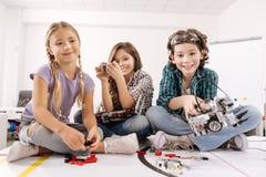 Niños atractivos que se divierten en el estudio de la ciencia fotos de archivo