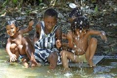 Niños brasileños que juegan en el río en calor tropical fotografía de archivo