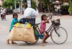 Niños camboyanos en el trabajo Imagen de archivo libre de regalías