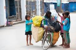 Niños camboyanos en el trabajo duro Foto de archivo