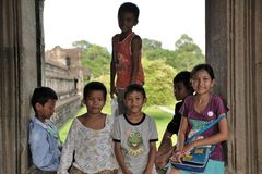 Niños camboyanos en el wat de Angkor Fotos de archivo