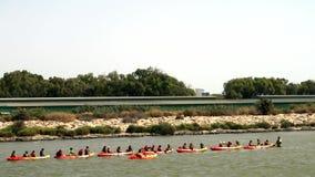 Niños canoa y kajak almacen de video