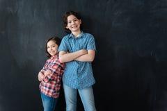 Niños carismáticos que expresan confianza en el estudio Fotos de archivo